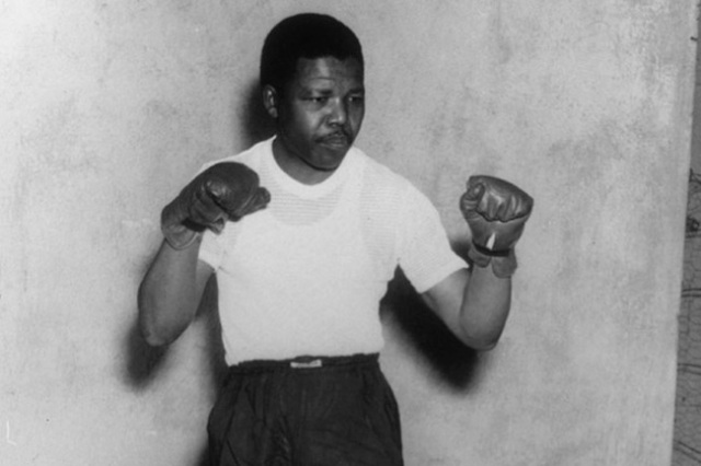 1950+(circa)+Nelson+Mandela,+leader+of+the+African+National+Congress+(ANC),+adopts+a+boxing+pose